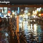 ゲリラ豪雨か?新大久保駅前が凄いことになってる!とTwitterで警告