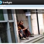 偽僧侶が路地裏でタバコ・金勘定にTwitterで批判集中!