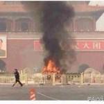 天安門広場が大炎上!車が人に向かって突っ込み黒煙を上げる