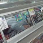 『コンビニ冷蔵庫入ってみた』写真が海外でも流行!第二のマカンコウサッポウ化か?