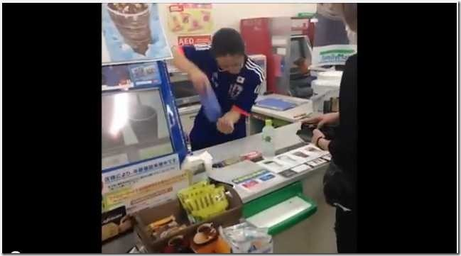 大須のファミマ店員「加藤さん」のキレッキレ接客動画100万回再生近くの人気 2d682c57 thumb