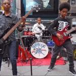 現役中学生三人組のメタルバンドがソニーと最大1億円の大型レコード契約を締結