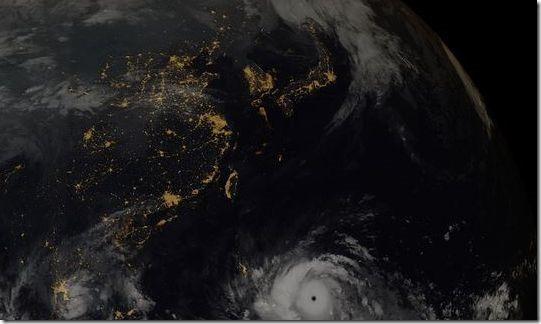 台風と夜景を合成させた衛星写真があまりにも「美しい」と絶賛 6cc8b3d5 thumb