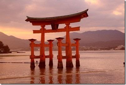 世界遺産厳島神社へのアクセス方法やグルメスポットは?